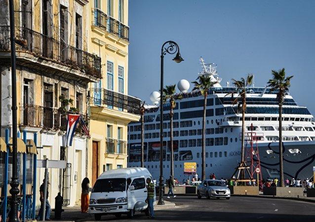 El crucero Adonia de la compañía estadounidense Carnival en la bahía de La Habana