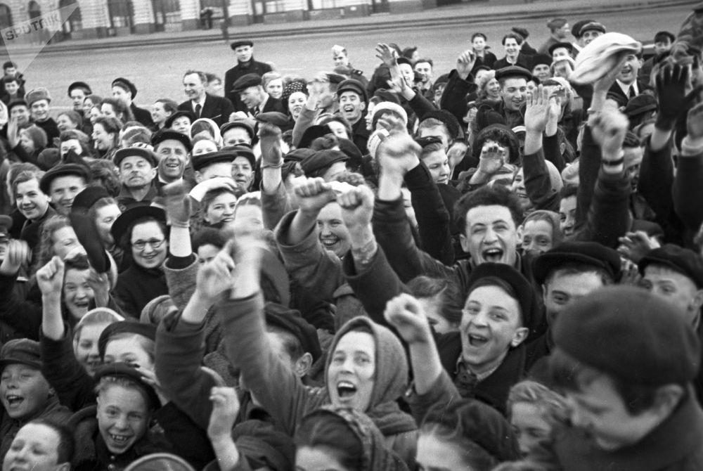 Los moscovitas en la Plaza Roja el 9 de mayo de 1945.