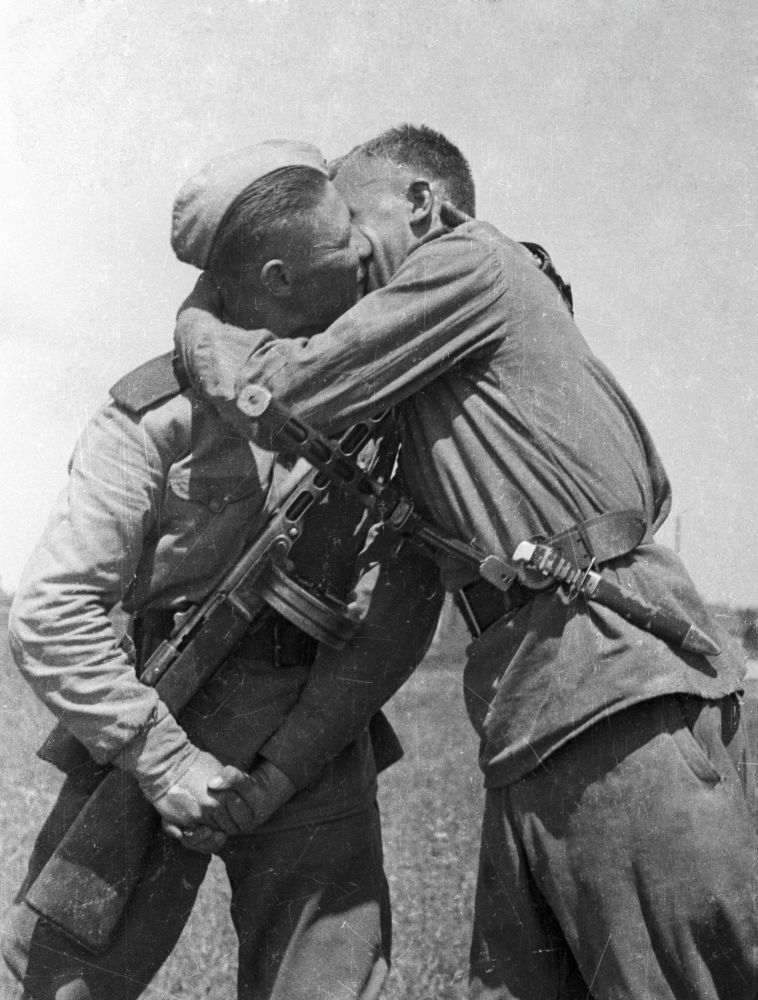 Soldados del Tercer Frente Ucraniano se felicitan por el fin de la guerra.