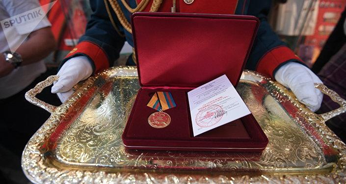 La medalla 'Por la consolidación de la comunidad militar' entregada al pintor español Augusto Ferrer-Dalmau Nieto