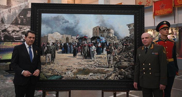 Augusto Ferrer-Dalmau Nieto y Víctor Miskovets junto al cuadro sobre la guerra en Siria