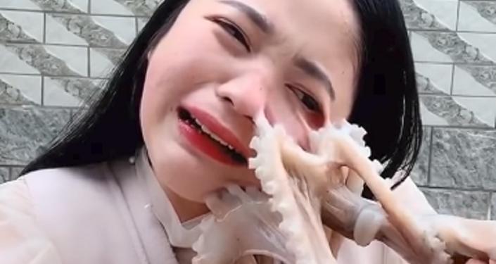 Ataque marino: una bloguera intenta comerse un pulpo y casi pierde un ojo (vídeo)