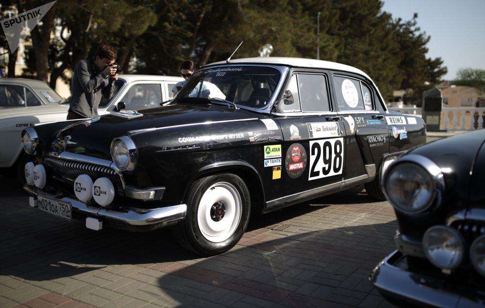 Más de 200 vehículos fabricados entre 1950 y 1980, entre ellos modelos Volga, Zhiguli, Chaika y Moskvich, recorrieron la distancia.