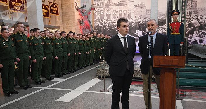 Arturo Pérez-Reverte, el escritor español (a la derecha)