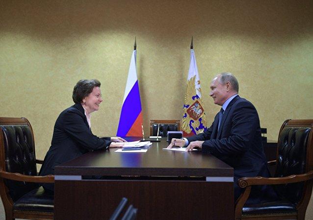 Natália Komarova, gobernadora del distrito autónomo de Janti-Mansi, junto con el presidente Vladímir Putin