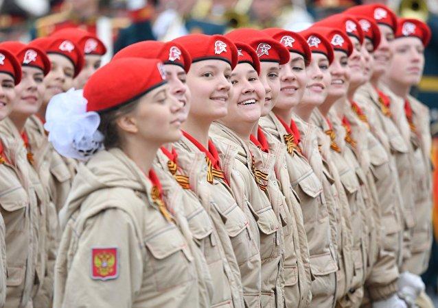 El movimiento juvenil Yunarmia en el desfile militar en Moscú