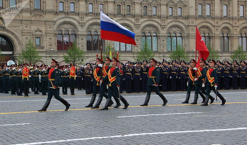 El regimiento Preobrazhenski carga la bandera de Rusia y el estándarte de la Victória