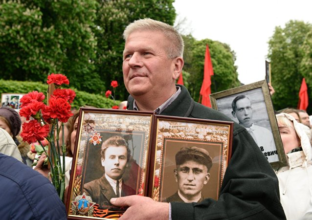 Las celebraciones del Día de la Victoria en Ucrania, un participante de la marcha Regimiento Inmortal en Kiev