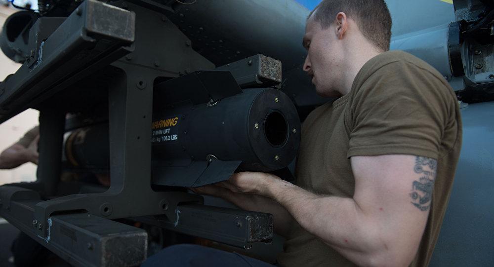 Un militar estadounidense instala el misil AGM-114 Hellfire en el helicóptero MH-60R