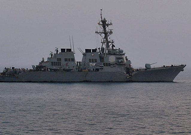 Un buque estadounidense en el estrecho de Ormuz
