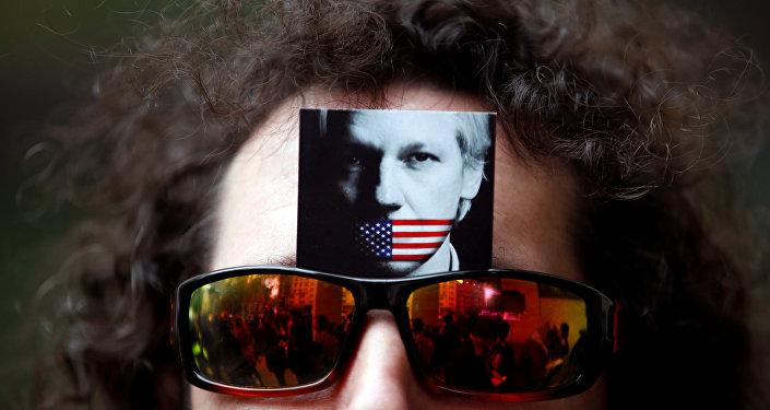 El retrato de Julian Assange en las gafas de un manifestante (archivo)