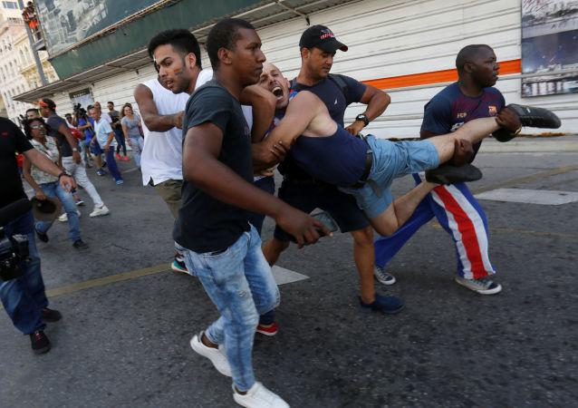 La detención de un participante de la marcha de la comunidad LGBTI en Cuba