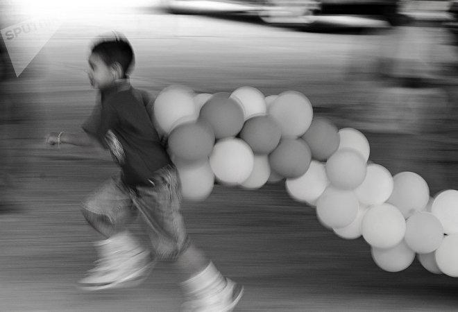 Ecatepec, Estado de México. Niño juega durante el festejo del séptimo aniversario de la pandilla Brown Pride