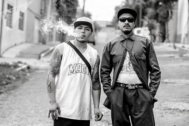 Ecatepec, Estado de México: Dos vecinos del barrio Texalpa festejan el séptimo aniversario de la pandilla Brown Pride