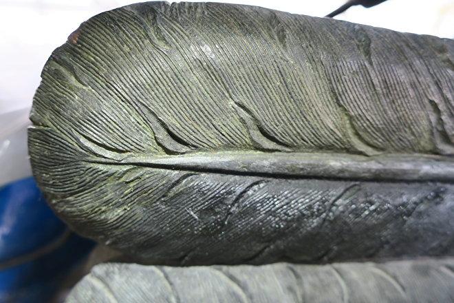 Ciudad de México: Detalle del proceso de limpieza de las plumas del Carcaj, aquí la pintura se conserva en buen estado, por estar protegida del medio