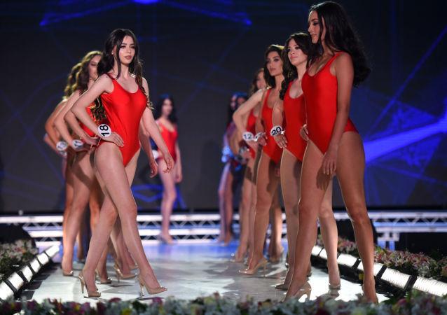 La ganadora y las participantes del concurso 'La belleza de Armenia'