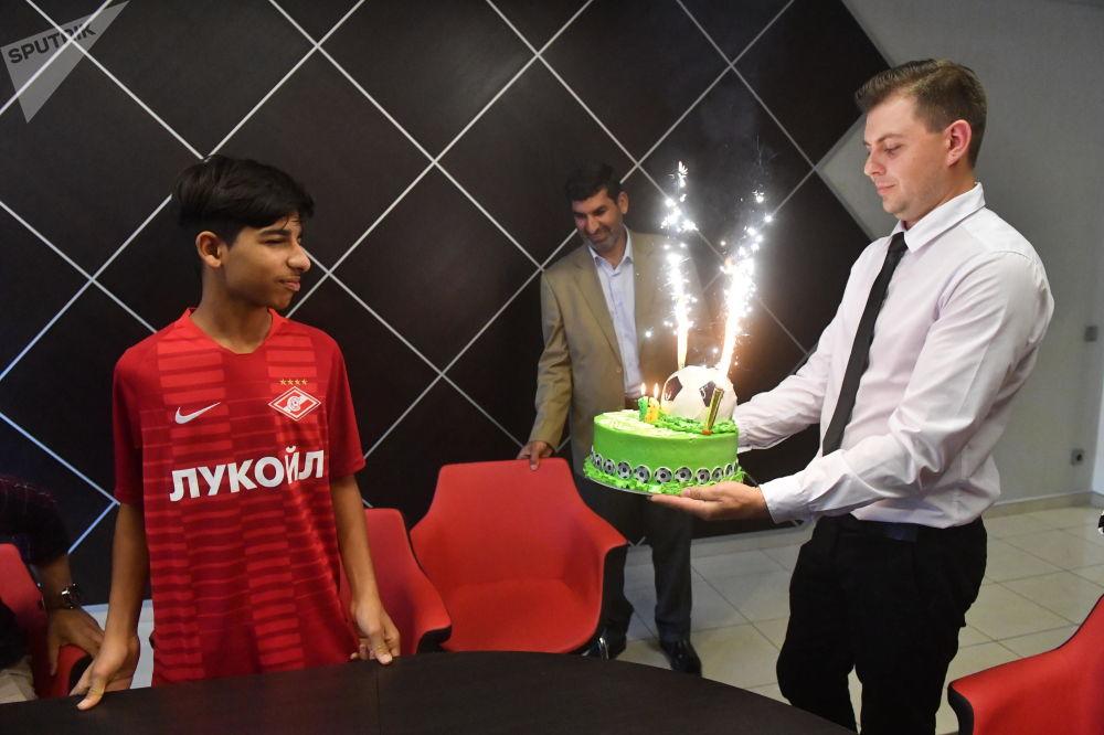 El 'chico de la foto' Kasim Alkadim celebra su cumpleaños en Moscú