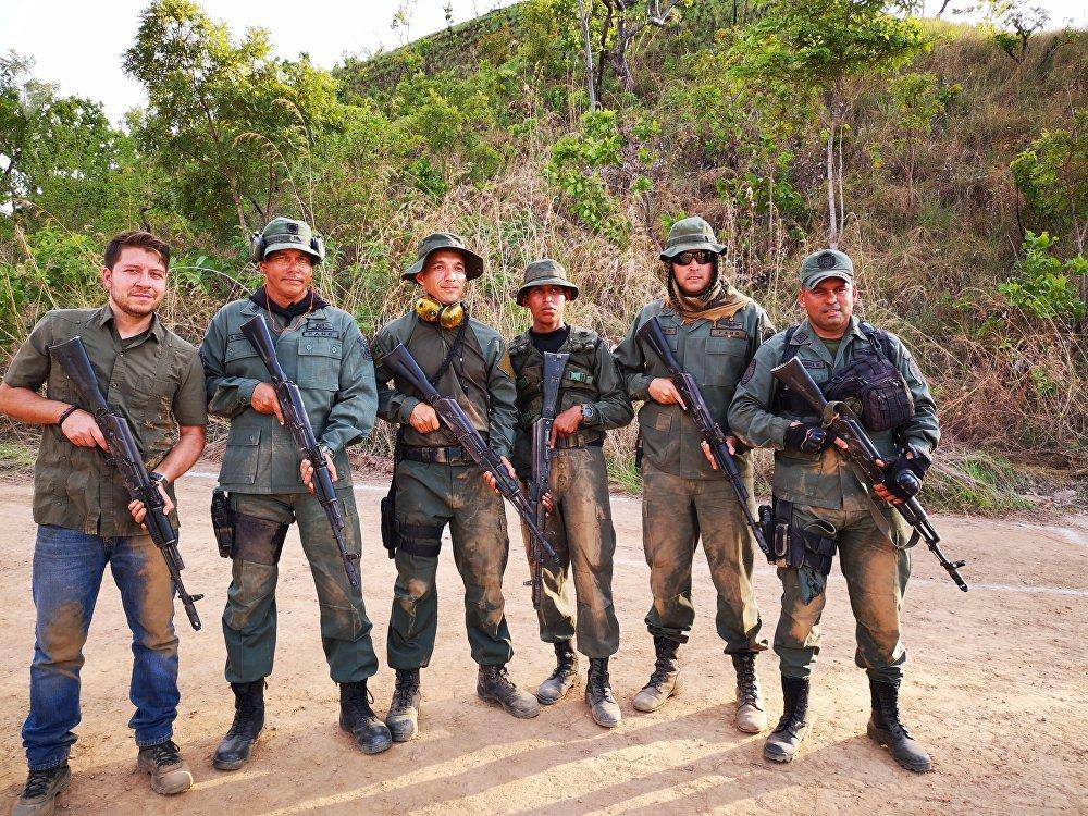 A mí izquierda, el General Santiago Infante, Oficial Responsable Coordinador de las Maniobras del País 2019. Y demás integrantes del Equipo de Trabajo del MTRR
