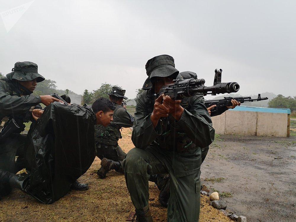Cadetes de la Academia de la Guardia Nacional Bolivariana, en la cancha de combate en áreas construidas