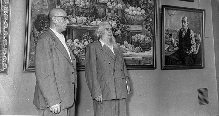 El pintor y escultor español, Alberto Sánchez (izqd) y el escultor ruso, Sergúei Koniónkov