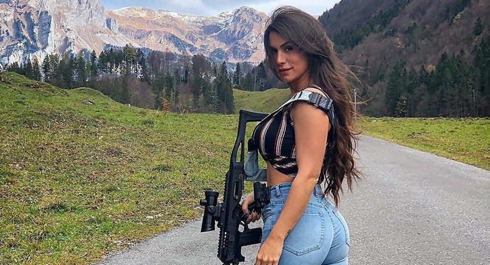 Orin Julie, la reina de las pistolas