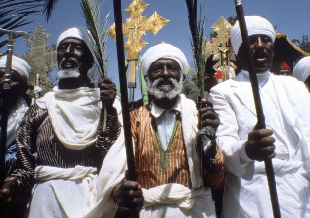 Unos curas cristianos en Etiopía