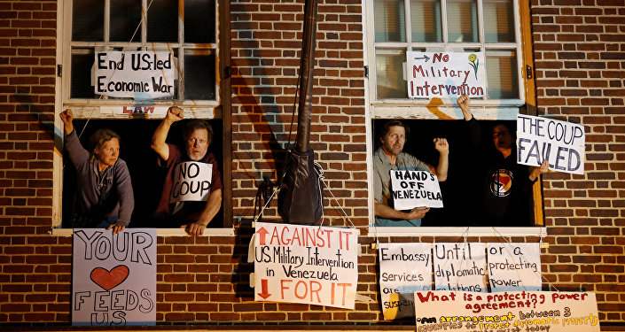 Activistas en la Embajada de Venezuela en Washington