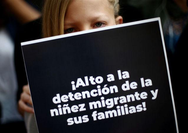 Una niña sostiene un cartel en protesta por la muerte de una pequeña migrante en Ciudad de México