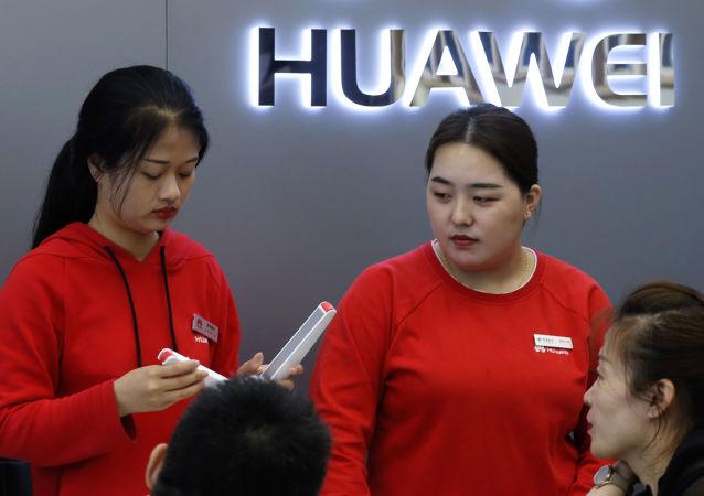 Las dependientas de una tienda de Huawei