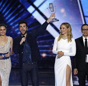 El representante de Países Bajos con el trofeo de Eurovisión