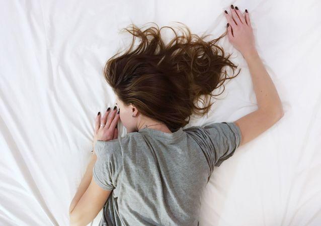 Una chica en la cama