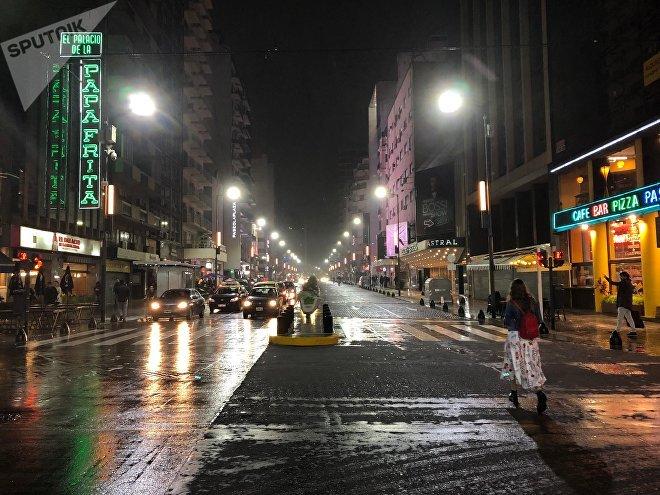Salir a caminar, comer una pizza, ver una obra de teatro y de paso comprarse un libro son cosas que se pueden hacer hasta tarde en la calle Corrientes de Buenos Aires