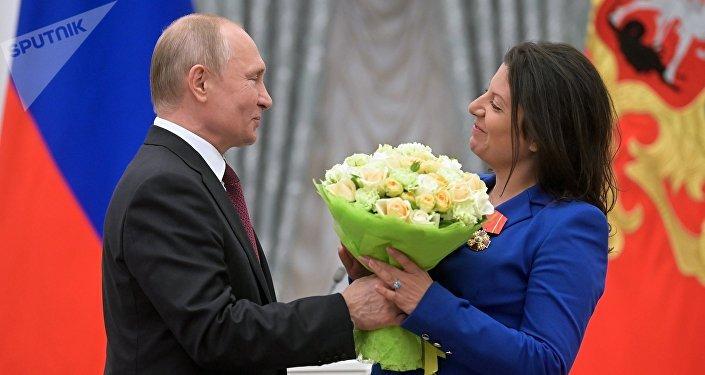 El presidente ruso, Vladímir Putin, entrega la Orden de Alejandro Nevski a la directora de Sputnik, Margarita Simonián