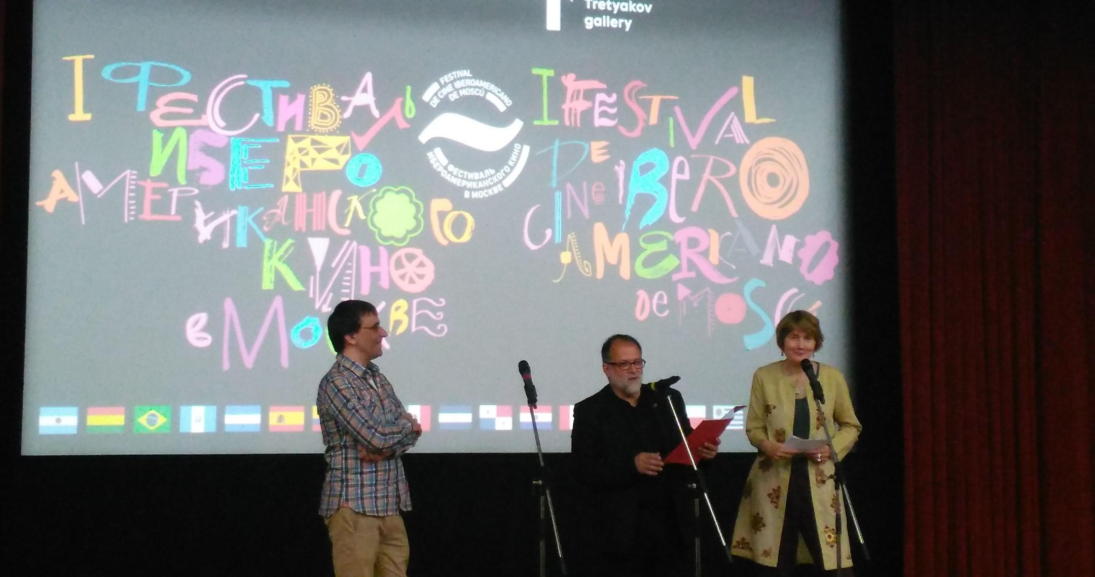 De izquierda a derecha: Maxim Pavlov, Abel Murcia y Tatiana Pigariova, jefa del departamento de cultura del Instituto Cervantes de Moscú