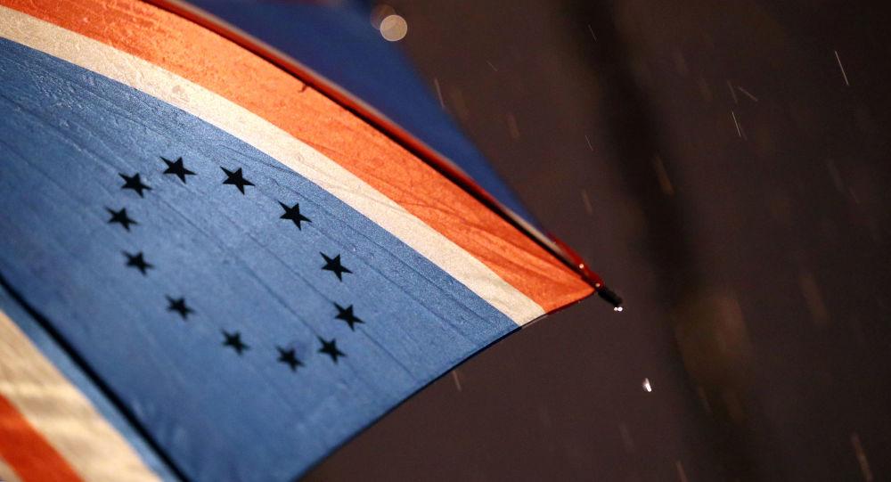 Las estrellas de la UE en el paraguas con la bandera del Reino Unido