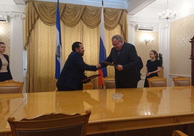 El embajador de El Salvador en Rusia, Efrén Arnoldo Bernal Chévez, y el viceministro de Exteriores ruso Oleg Siromólotov