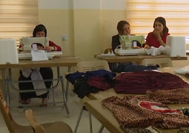 Sanando las heridas: mujeres yazidíes que escaparon de ISIS aprenden nuevos oficios