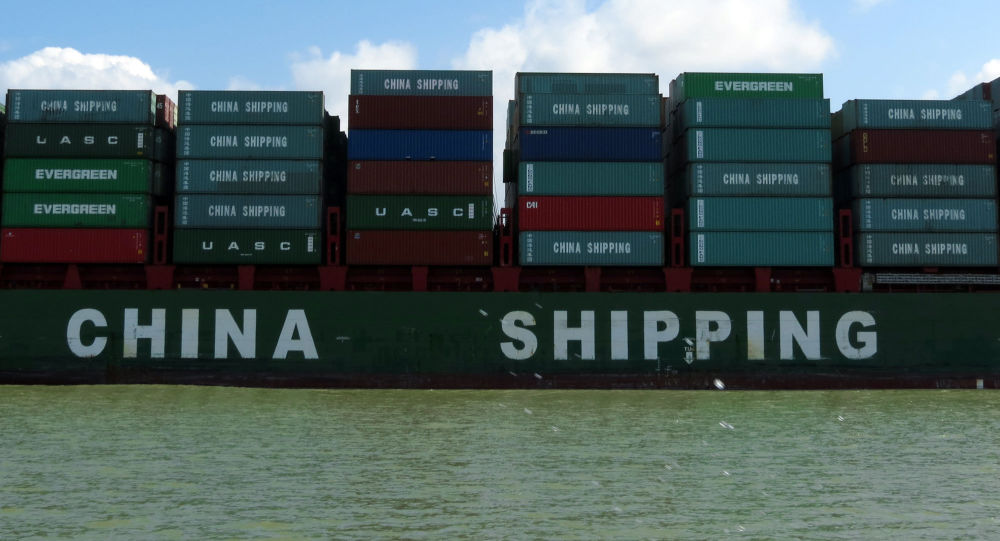 Contenedores con productos chinos pasan por el Canal de Panamá