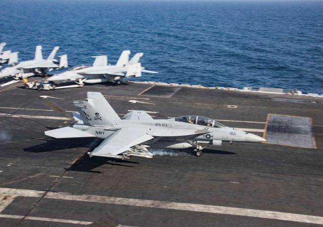 Un F/A-18F Super Hornet aterriza en el portaviones USS Abraham Lincoln en el golfo de Omán