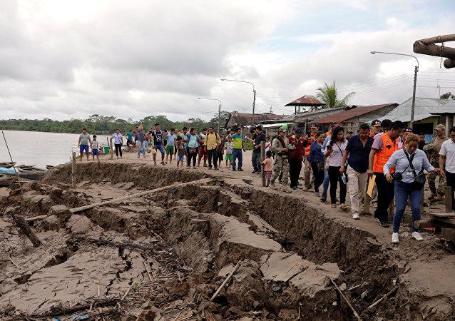 Representantes de los medios y funcionarios inspeccionan la ciudad de Yurimaguas, afectada por el terremoto