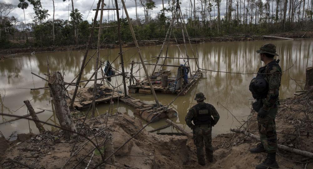 El agua contaminada cerca de la minería de oro en Perú