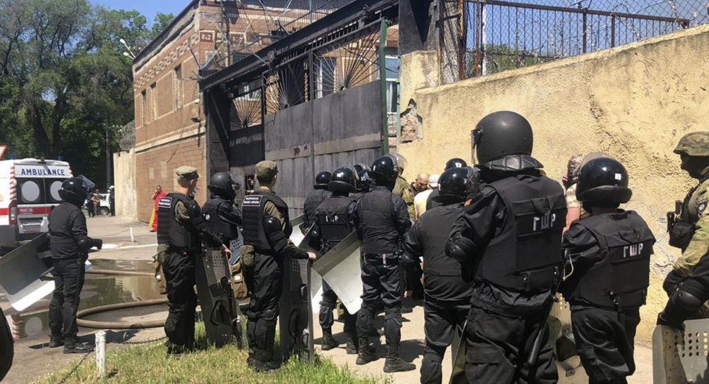 Policía de Ucrania cerca de la prisión en Odesa