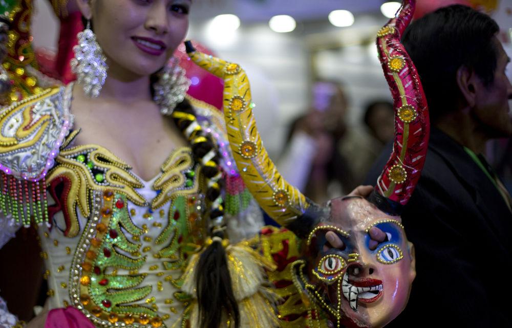 Bolivia elige a la reina del colorido festival Señor del Gran Poder
