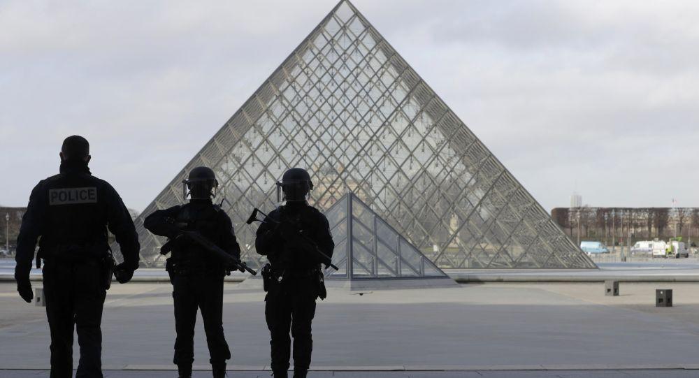 Policías franceses cerca de Louvre tras el tiroteo