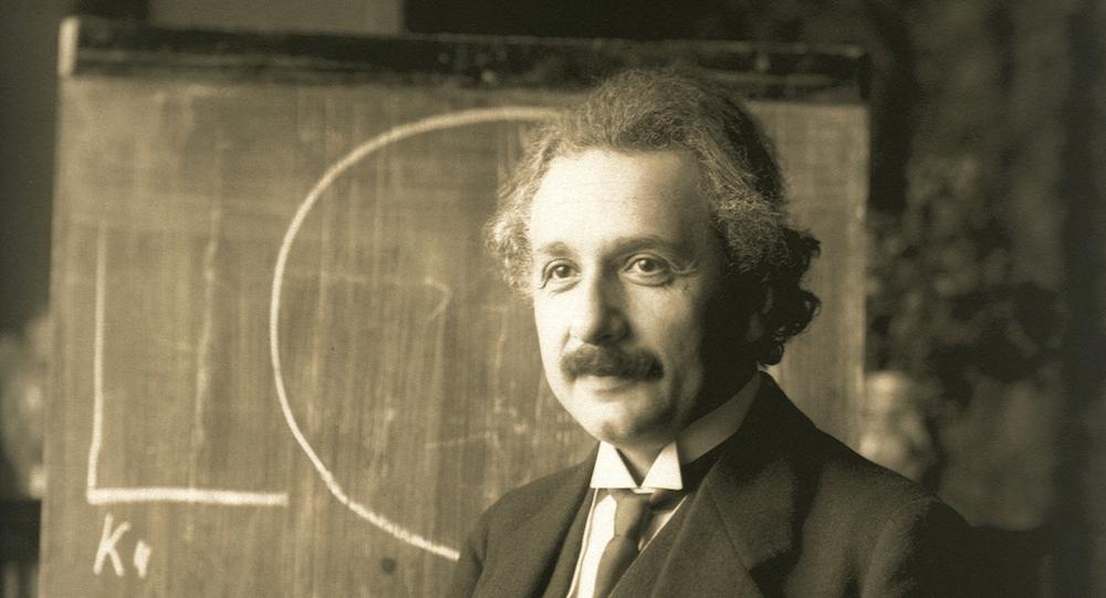 Albert Einstein durante una conferencia en Viena en 1921