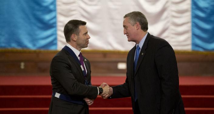 El secretario de Seguridad Nacional de EEUU, Kevin McAleenan (izda.) y el ministro de Gobernación de Guatemala, Enrique Degenhart (drcha.)