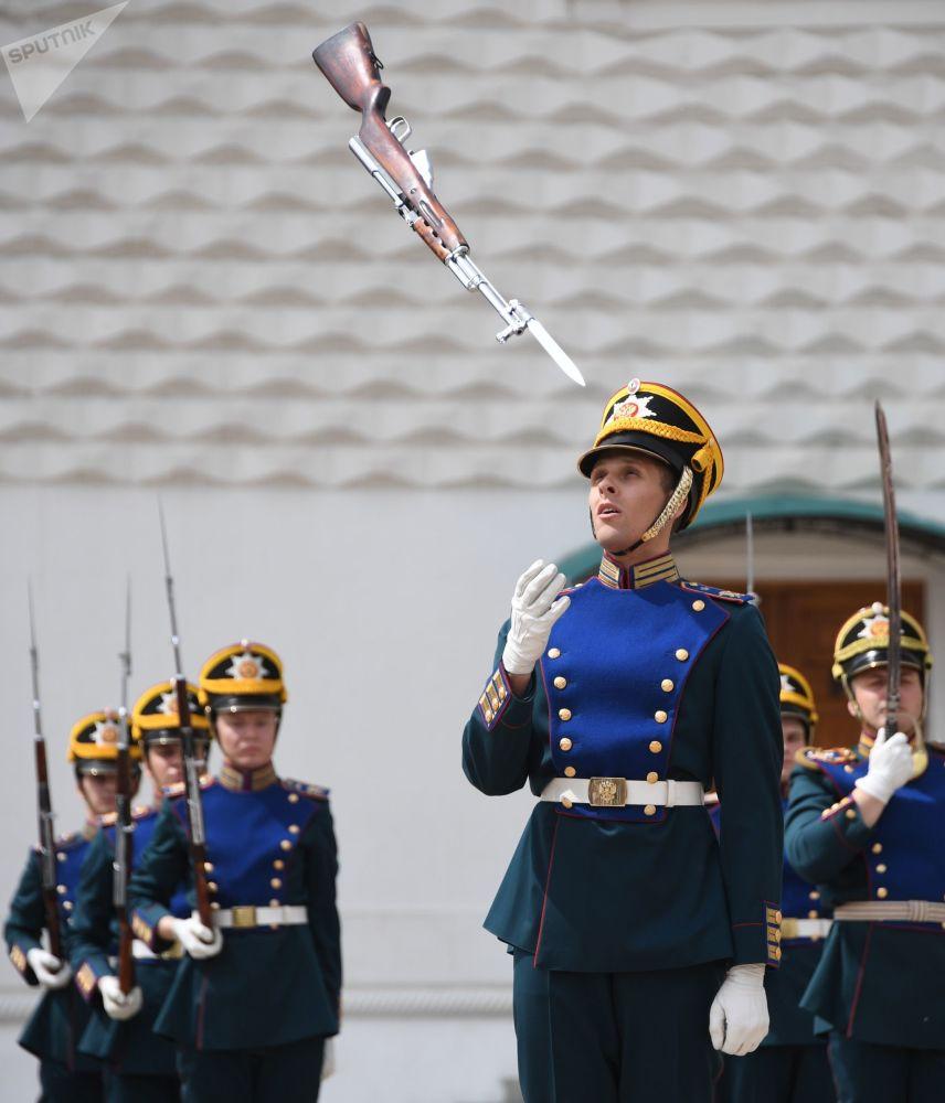 Las guardianas del Kremlin protagonizan un imponente  cambio de guardia