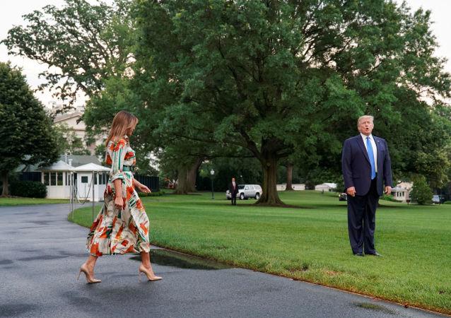 El presidente de EEUU, Donald Trump, y la primera dama, Melania Trump, parten hacia Londres