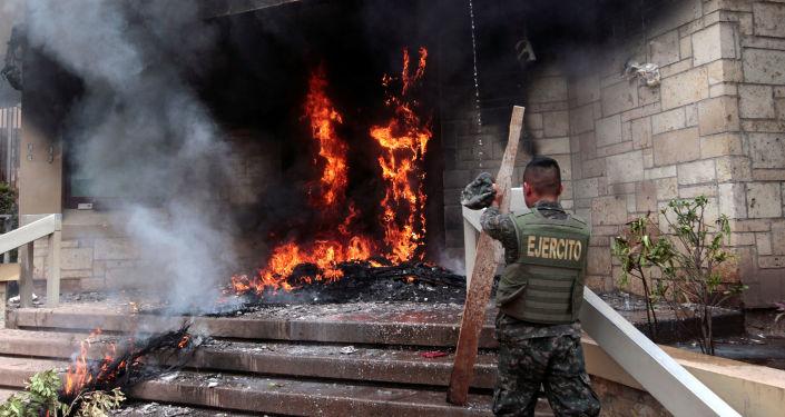 La quema de la puerta de la embajada de EEUU en Honduras