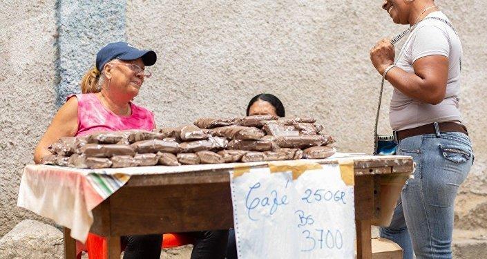 En el mercado de Altos de Lídice, los habitantes de la comuna encuentran maneras de abastecerse a pesar de la guerra económica que acucia a Venezuela
